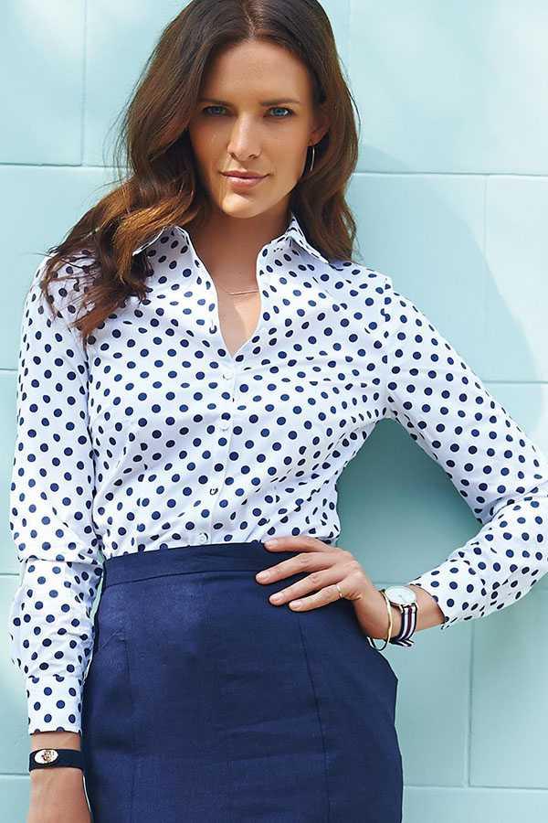 Рубашка в горошек с синей юбкой
