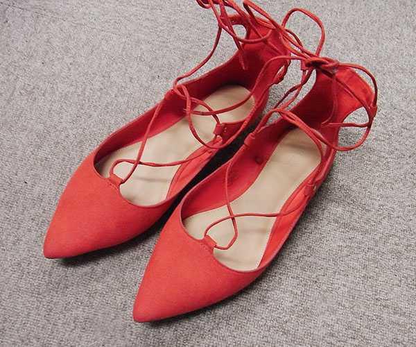 Красные балетки со шнуровкой