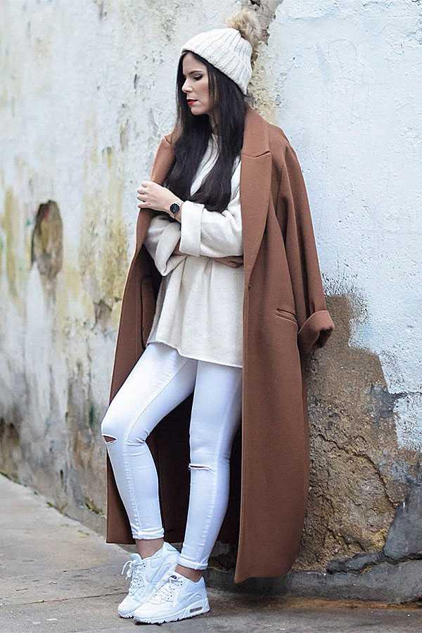 Белые джинсы с кроссовками и пальто