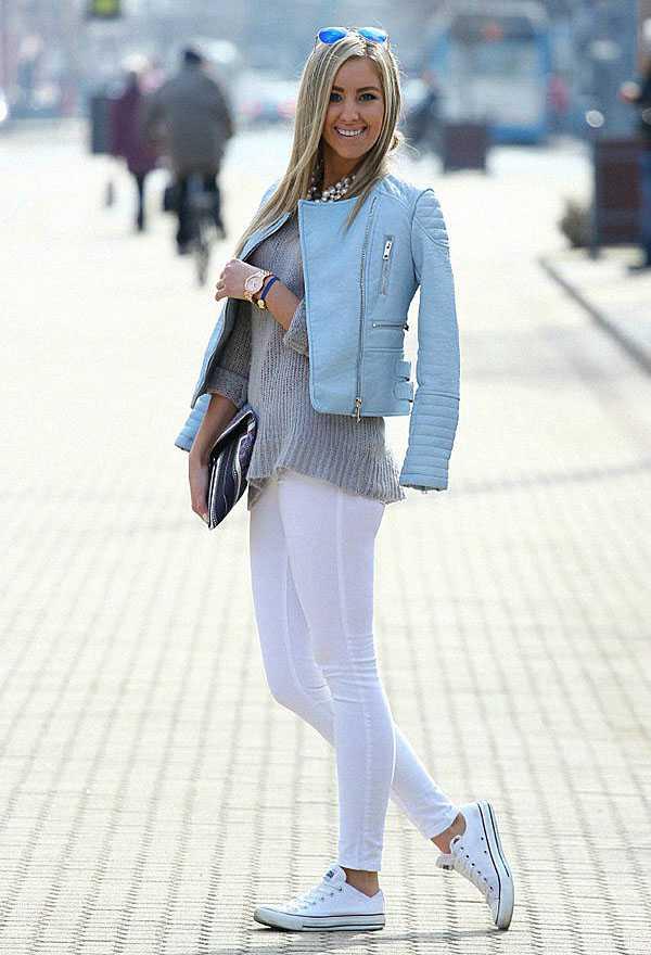 Белые джинсы с кроссовками и курткой