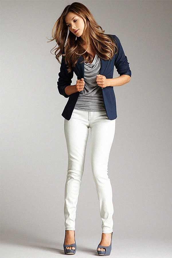 Белые джинсы с жакетом