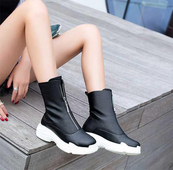 Чёрная обувь на белой платформе