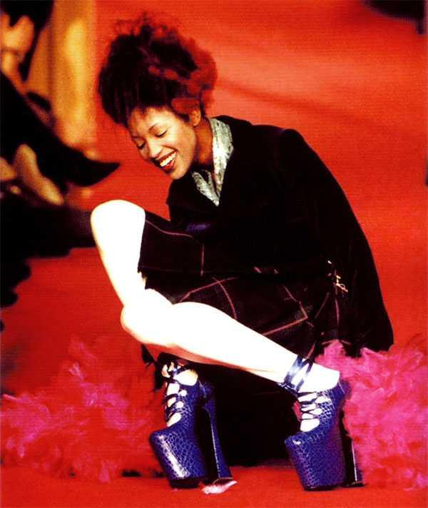 Падение модели Наоми в обуви Vivienne Westwood