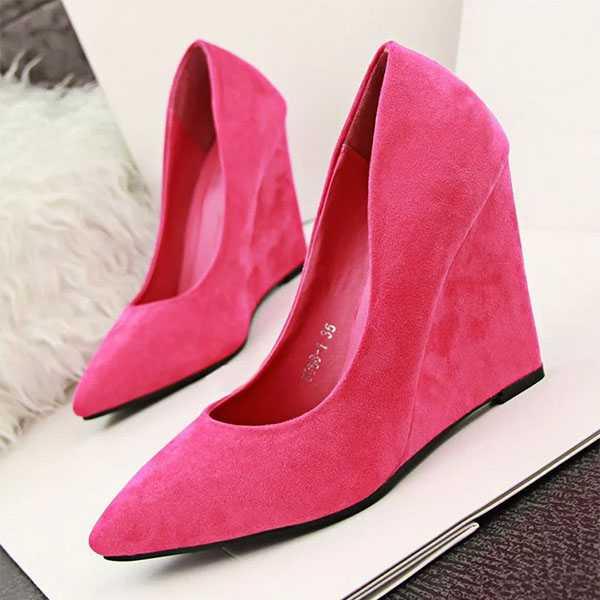 Розовые туфли с острым носом на танкетке