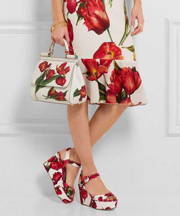 Босоножки на танкетке с ярким цветочным принтом
