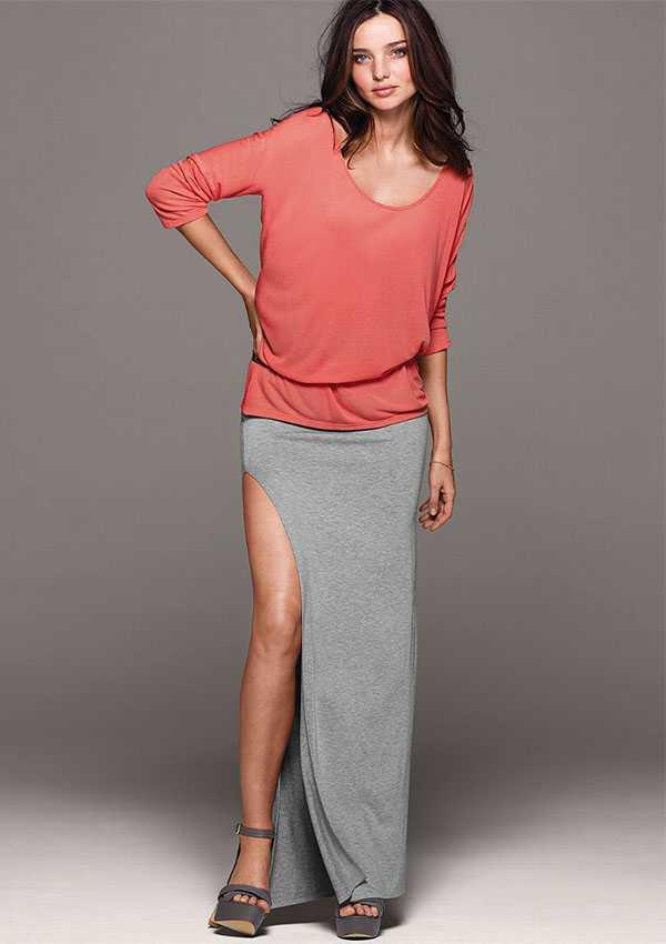 Длинная юбка с босоножками на танкетке
