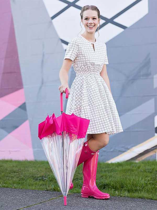 Розовые резиновые сапоги с летним платьем